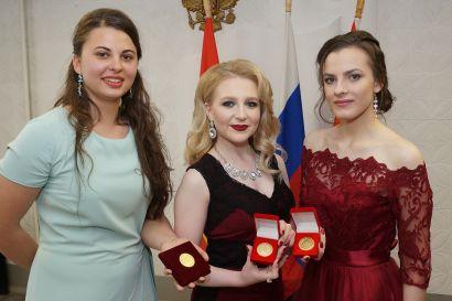 Лучшим выпускникам школ Усть-Катава вручили золотые медали